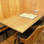 Hawaiian Dining Bar Lua's - 4名様用のテーブル席。