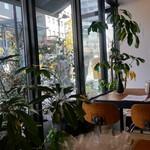 CITRA Hachioji - 店内の窓側の席の様子
