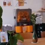 CITRA Hachioji - オレンジを丸ごと投入して、ぐるんぐるんっと回りながら搾るジュース