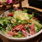 渋谷肉割烹バル 和牛男~COWBOY~ - 寿司ガリと生ハムのサラダ