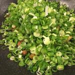 餃子バル 餃子家 龍 - 山盛り葱の焼餃子…コール次第でここまで行けます!