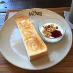 カフェ モーリス - モーニング。バルミューダトースト、ヨーグルトのフルーツソース添え