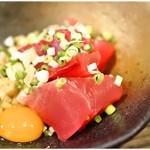 三平大衆酒場 - 料理写真:マグロ納豆 350円 プリっとしたマグロと納豆と卵黄。絶対美味いヤツです。
