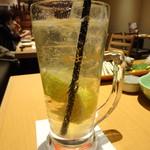 天然地魚と炭火串焼き ろばた 一粋 - 鉄観音レモンハイボール(518円)でっかい鉄観音レモン(和歌山産)がゴロッゴロ入っています