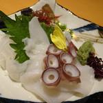 天然地魚と炭火串焼き ろばた 一粋 - 生タコ刺身(896円)