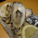 天然地魚と炭火串焼き ろばた 一粋 - 焼き牡蠣(734円)