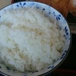 ちとせ - ご飯は、『小盛り』『ふつう盛り』『大盛』『白馬岳盛り』から選択できる。白馬岳盛りはプラス50円。