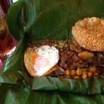 カフェ・ロリータ - スリランカカレーのバナナリーフ包み