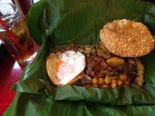 カフェ・ロリータ 代々木店 - スリランカカレーのバナナリーフ包み