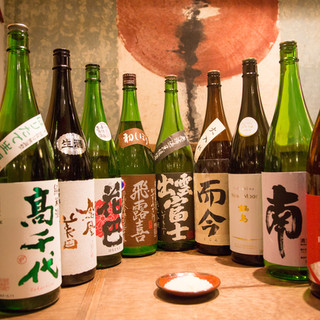 グラスで楽しめる常時30種の日本酒