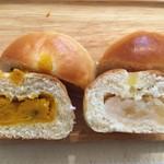 59455920 - パン・スイーツ展で購入、パンプキンチーズとりんごあんぱん