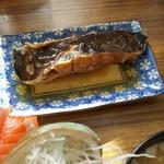 マルトマ食堂 - マルトマ丼にセットされているカレイの煮付け