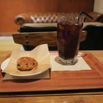 イズマイ - スイーツ・セット:チョコレート・スコーン、イズマイブレンド アイスコーヒー1