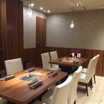 焼肉ダイニング GYUBEI - 個室全3室はつなげてご利用いただけますので、最大14名様までの大部屋個室としてもご利用いただけます。