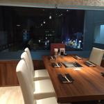 焼肉ダイニング GYUBEI - 新宿の夜景が見える完全個室のテーブル席(6名様迄)ご家族、合コン、デート、女子会など、幅広いシーンで最適な個室空間です。