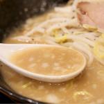 59481316 - ニンニクの効いた甘みと力強さのある豚骨醤油スープ