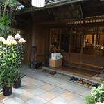 59481931 - 菊が綺麗な玄関