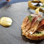 アナログ カフェ ラウンジ トーキョー - 燻製した真鯖の炙り~トリュフと下仁田ネギ、押麦のサラダ~