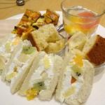 フルーツピークス - 下段のサンドイッチ・キッシュ・ジュレ・シフォンケーキ