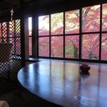 茶房 天井棧敷 - 紅葉を愉しめる席に