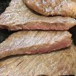 竹田屋 - 交換前の肉。これがステーキ??