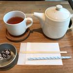 オーサム カフェ - ホットティー(ダージリン)¥300(税別)