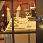 5952698 - ランチで長居した先客(?)を排除し、ディナーの準備がととのった客室。