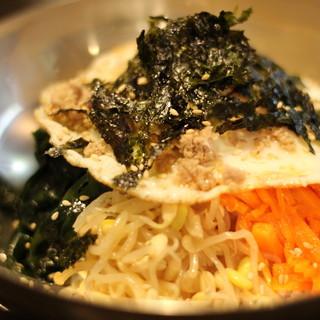 厳選した旬の食材を使った本格韓国料理と沖縄料理