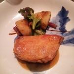 横濱元町 霧笛楼 - スペイン・カタルーニャ産 プーレ・ジョンヌ(若鶏のもも肉) 黒胡椒のソース ポテトのリヨネーズ風とLED横浜菜園サラダ添え