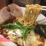 麺屋横浜にぼし堂 - 麺は縮れ中太麺