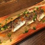 山本炭焼店 - 秋刀魚の炙りポン酢。脂の乗った秋刀魚をさっぱりといただくことができる一品です。