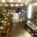 グルニエ36 - ムードある照明と観葉植物が、高級感あるエントランス