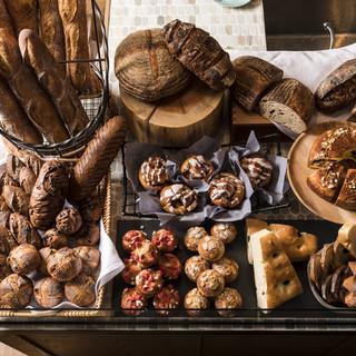 ベーカリースペースには天然酵母で熟成された自家製パンが。