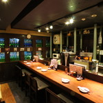 佐渡蔵 - バーカウンターのようにお酒を楽しみながら時間をお過ごしください。