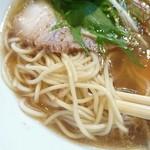 らぁめん 猪鹿蝶 - 麺は中太麺ストレート