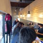 麺や マルショウ - 店内風景。狭小で中を移動することは困難。