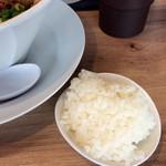 """麺や マルショウ - 「ミニごはん」付き。いわゆる""""追い飯""""だ。(あるいは""""あと飯""""、""""ライスダイブ""""とも言う?)"""
