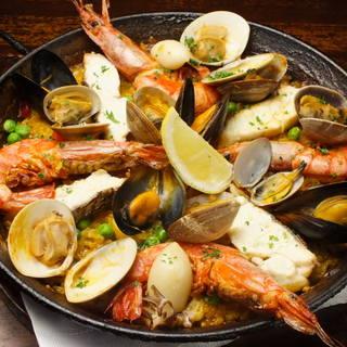 スペイン各地方の伝統料理を中心にタパスや小皿料理も豊富です。