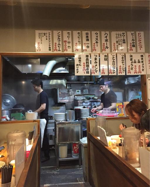 中華屋 啓ちゃん - コの字カウンターから厨房が見えます