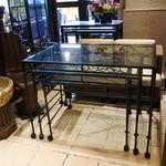 バリラックス ザ ガーデン - 受付用テーブル