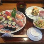 江戸芝鮨 - おまかせにぎりランチ(にぎり、かき揚げ、サラダ、赤だし)