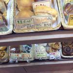 59580224 - 普通のパンもあります。