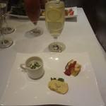 アマルフィイ・モデルナ - リモーニュ、一口オードブル(キノコのスープ、安納芋、フリッター)
