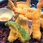 ダイニング万葉 - 海老、キス、南瓜、獅子唐の天ぷらを藻塩で頂きます。