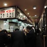 横浜家系ラーメン 本町商店 - ややうるさい店員の掛け声が好き嫌いを分けるかも・・。