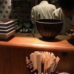 59591228 - 先日福岡市に行ってきた際に、夕ご飯どころとして博多うどんの名店「釜喜利うどん」に行ってきましたが、料理人がたくさんいて小料理屋のような雰囲気を感じました。