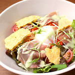 ピソラ - 熟成生ハムとフランス産カマンベールチーズ、温泉玉子のサラダ