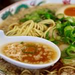 ラーメン魁力屋 - 甘みのある香り高い醤油スープ(背脂多め)