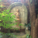 59600323 - 庭の小僧さん