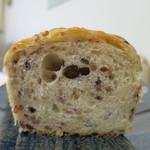 リュミエール・ドゥ・ベー - 十六穀米のパン断面アップ